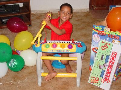 Luchiano is helemaal gek van zijn piano!