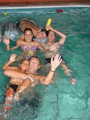 Luchiano, Roland, Barbara, Ino & Walter 's avonds laat in de Pool