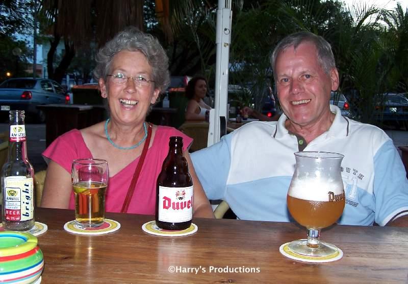 Harry en Truus bij Pleincafe Wilhelmina op zaterdag 21 oktober 2006 (Antillendag). Klik voor groter/sluiten.