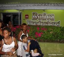 Zaterdag 30.12.2006: Buurtfeest bij Botika Vredenberg. Klik voor groter.
