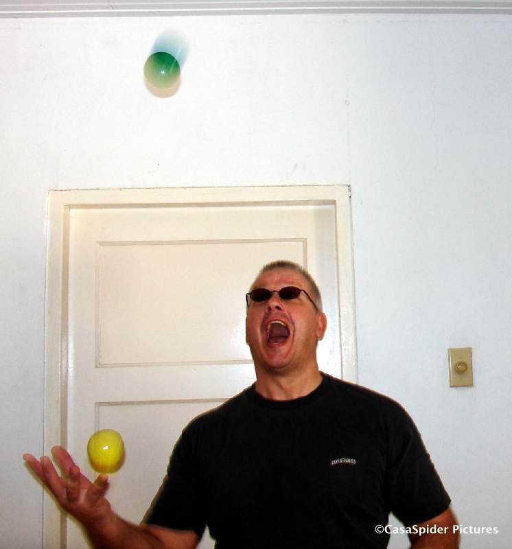 CasaSpider gooit de jongleerbal OVER de andere heen in plaats van onderdoor, een bijzonder moeilijke variant! Klik voor groter/sluiten.