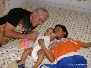 CasasPa op bed met Diana en Luchiano, woensdag 18.10.2006. Klik voor groter/sluiten.
