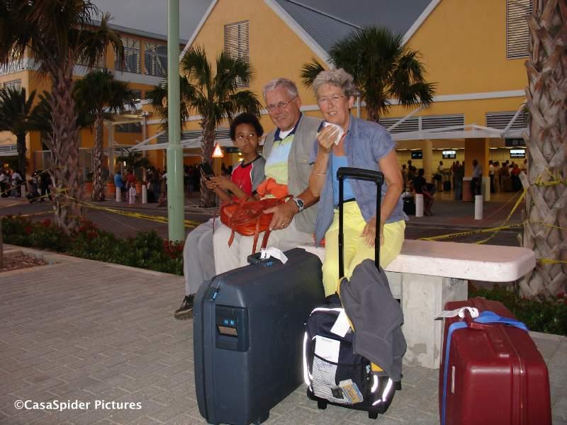 Dinsdag 31.10.2006, afscheid CasasPa en Truus: Daar zitten ze dan voor Hato International Airport. Klik voor groter/sluiten.