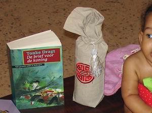 Diana (5 maanden) zit trots op tafel tussen de vele kado's in. Klik voor groter/sluiten.