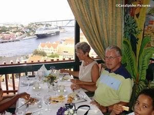 Zondag 29.10.2006, champagnebrunch in het Plaza Hotel: Truus, CasasPa en Luchiano (9) met op de achtergrond een cruise-schip en de Julianabrug. Klik voor groter/sluiten.