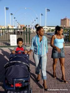 Curacao, 19 mei 2006: Lucy, Sugey, Luchiano (8) en Diana (2 weken) op de Koningin Emmabrug (Pontjesbrug). Klik voor groter/sluiten.