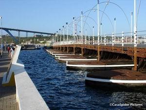 Curacao: Koningin Emmabrug (Pontjesbrug) op 19 mei 2006. Klik voor groter/sluiten.