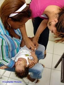 Diana ontvangt haar eerste vaccinatie op woensdag 12 juli 2006. Klik voor groter/sluiten.
