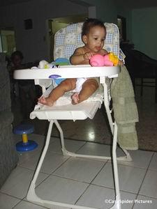 Diana's kinderstoel 30.09.2006: Alsof ze er al maanden in zit, in haar nieuwe kinderstoel. Klik voor groter/sluiten.