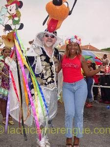 Errol Cova, lijsttrekker van de PLKP, samen met Lucia, La Chica Merengue tijdens het carnaval van 2005!