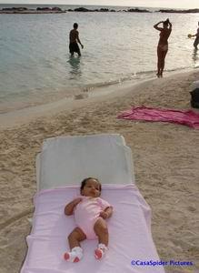 Op zondag 18 juni ging Diana voor het eerst naar Mambo Beach. Klik voor groter/sluiten.