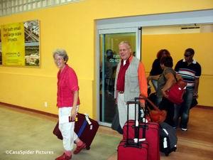 CasasPa en Truus arriveren op Hato International Airport Curacao, 17.10.2006. Klik voor groter/sluiten.
