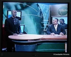 Yves Cooper aka Hondenkop en Franklin Haseth jr als Varkenskop in Telenotisia van TeleCuracao. Klik voor groter.