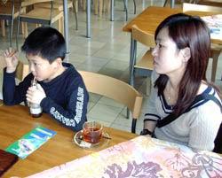 De achtjarige in Nederland geboren Hui zit vast in detentiecentrum Zeist, naast hem zijn moeder. Klik voor groter/sluiten.