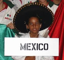 Curacao WTC 21.09.2006: PKF Junior Championships, Luchiano voert Mexico aan in de openingsparade. Klik voor groter/sluiten.