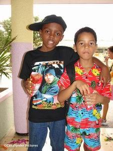Migael en Luchiano na het Carnavalsfeest op de Marnix-school. Klik voor groter/sluiten.