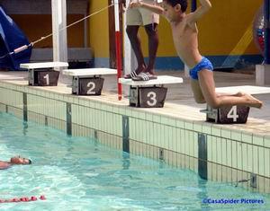 Enthousiast stort Luchiano zich in het water voor het tweede onderdeel van Diploma-A. Klik voor groter/sluiten.