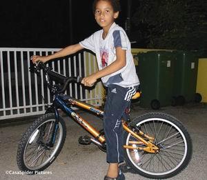 Luchiano (8) is apetrots op zijn nieuwe crossfiets die hij op vrijdag 20 oktober bij Vista Bike Zeelandia kreeg. Klik voor groter/sluiten.