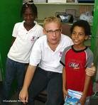Jeanelle, meester Peter en Luchiano die op dinsdag 24 oktober negen jaar is geworden. Klik voor groter/sluiten.