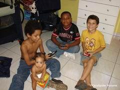 Vrijdag 27.10.2006: Nathan en Chris zijn bij Luchiano op bezoek. Diana speelt al leuk mee. Klik voor groter/sluiten.