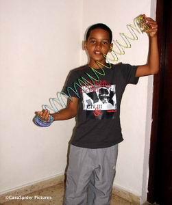 Luchiano (9) krijgt een wiebelig ding voor het laten knippen van zijn haren. Klik voor groter.