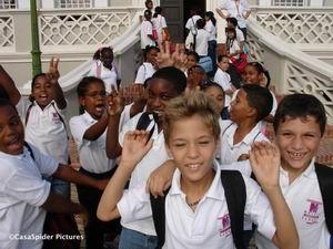 Op de trap naar het Curacao Museum was het al een dolle boel. Klik voor groter.