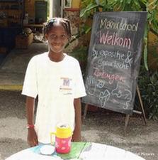 Janelle fungeert als perfecte hostess bij de ingang van het NMC in de Curacaose dierentuin. Klik voor groter/sluiten.
