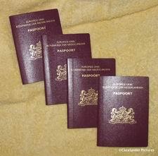 Carré: Alle vier hebben wij nu ons Nederlandse paspoort, Lucy was op dinsdag 22 augustus de laatste. Klik voor groter/sluiten.