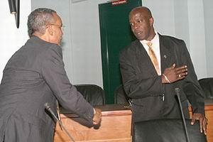 Rignald Lak (MPK) weigert Nelson Pierre (LNPA) de hand te schudden
