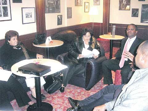 Koukleumend zitten de Antilliaanse politieke leiders te wachten op het Bestuurlijk Overleg, foto Extra. Klik voor groter/sluiten.