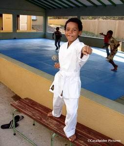 Luchiano in zijn nieuwe karatepak op Landhuis Pannekoek, 23-25 juni 2006. Klik voor groter/sluiten.