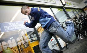 Patrick Jumpen in actie voor de supermarkt in Dommelen. Foto Eindhovens Dagblad.