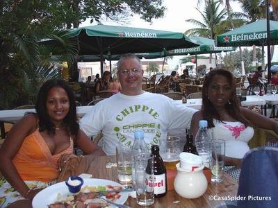 Sugey, CasaSpider met Chippie Land t-shirt en Lucy bij Pleincafé Wilhelmina. Klik voor groter/sluiten. Klik voor groter/sluiten.