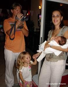 Roland filmt Barbara met Alycia en Kyra doet Britney Spears na.