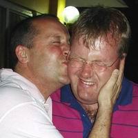 Remco Claassen en Beertje tonen affectie. Klik voor groter/sluiten.