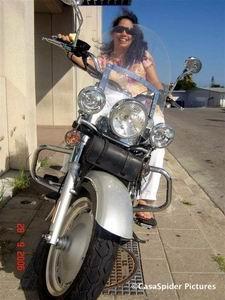 UTS 28.09.2006: Yohanna op de zilvergrijze motorfiets van George Broos, vooraangezicht. Klik voor groter/sluiten.
