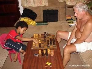 Luchiano (9) schaakt met CasasPa, zaterdag 28.10.2006. Klik voor groter/sluiten.