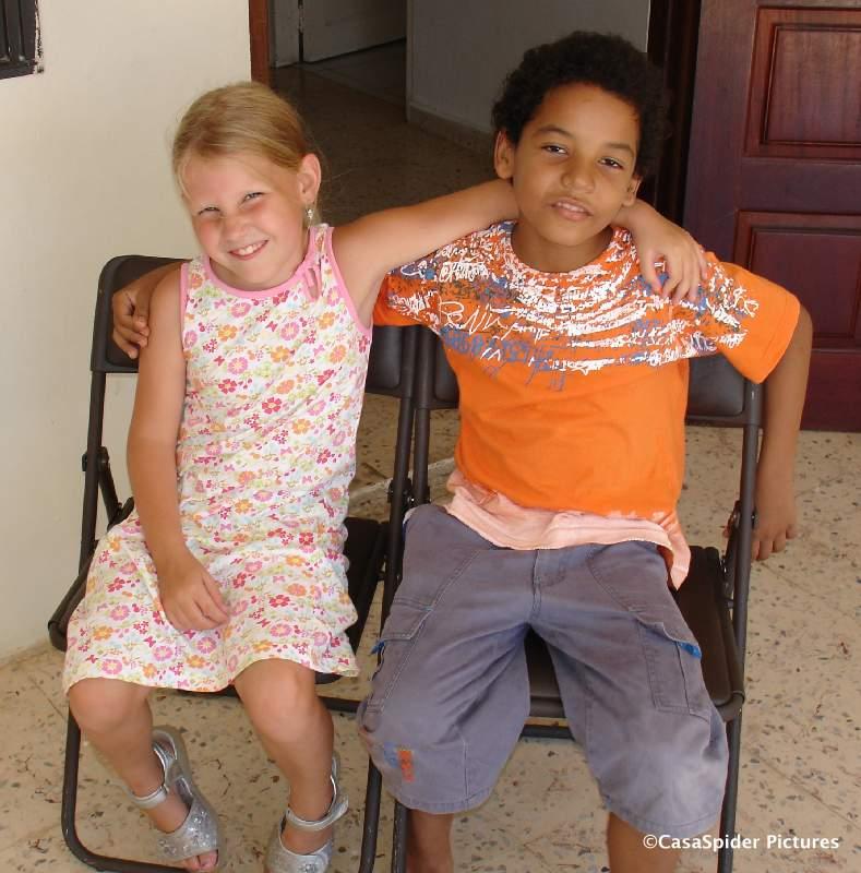 06.08.2007: Emmie (6) en Luchiano (9): Vrienden voor het leven. Klik voor groter.
