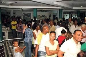 22.08.2007: Ondanks het wachten op stroom kijken de meeste mensen toch tamelijk vrolijk.
