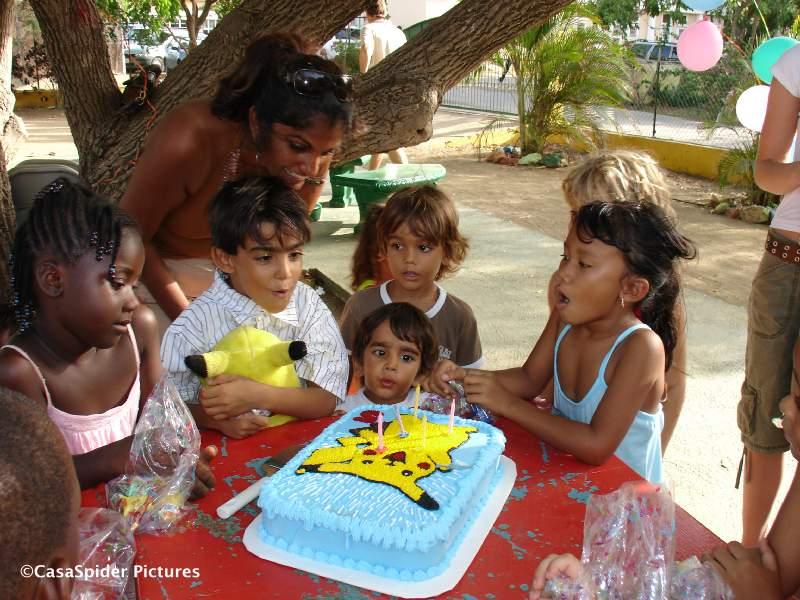 14.07.2007: Arwin Cuppen viert zijn vijfde verjaardag in de speeltuin achter de kerk van Santa Rosa. Klik voor groter.