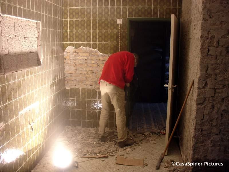 12.01.2008: Luc trilt met de boorhamer de tegels van het laatste muurtje los. Klik voor groter.