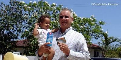 12.06.2007: Diana (1) is blij met het kado voor een jaar leesvaderschap voor klas 4B van de Marnix-school. Klik voor groter.