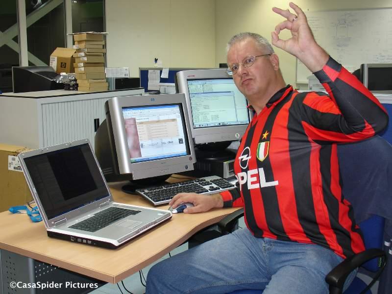 01.09.2007: CasaSpider upgrade Oracle naar versie 9.2.0.6 in AC Milan shirt. Klik voor groter.