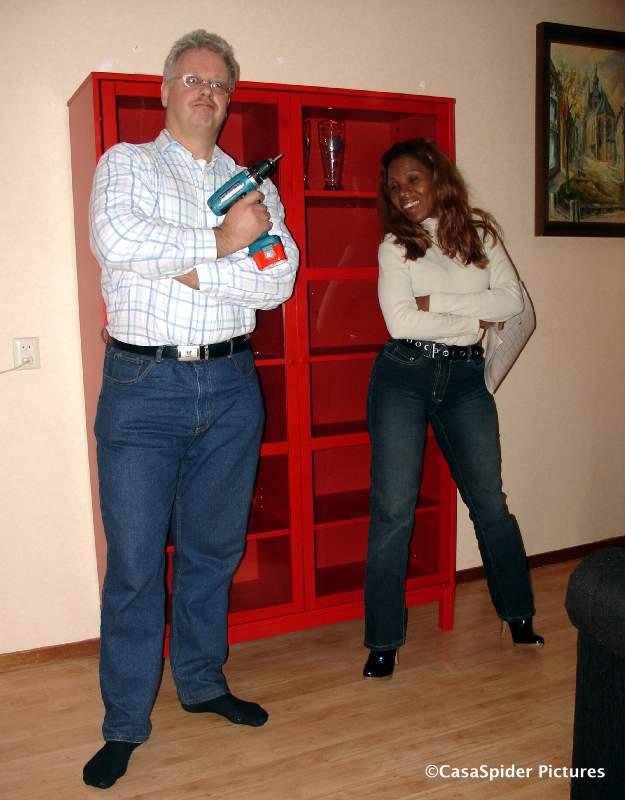29.11.2007: Lucy en CasaSpider hebben een Ikea Linnarp kast in elkaar gezet met klemmende deurtjes. Klik voor groter.