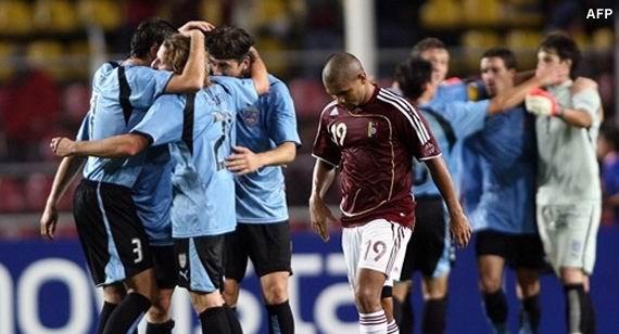 07.07.2007: La Vinotinto krijgt voetballes van Uruguay in de kwartfinales van de Copa America 2007. Klik voor groter.