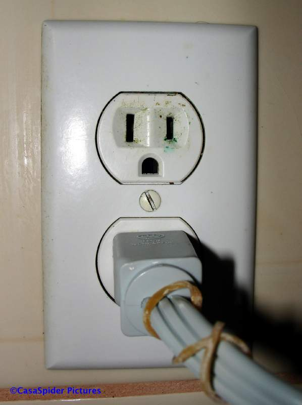 Stopcontacten (wandcontactdozen) op Curacao, hier een geaard exemplaar 127 volt van het Amerikaanse type. Klik voor groter.