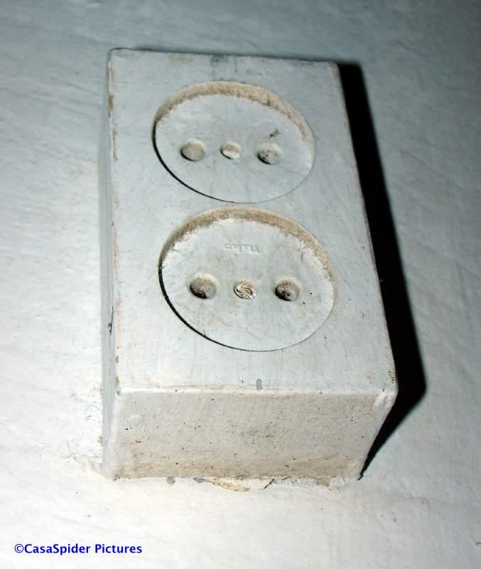 Afvoer Douche Ontluchting ~ hoe zou anders dit type stopcontact (tot 2003) overal zo'n beetje