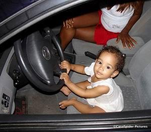 13.05.2007: Diana is dol op auto's en mag even op de bestuurdersstoel terwijl CasaSpider Chinees haalt. Klik voor groter.