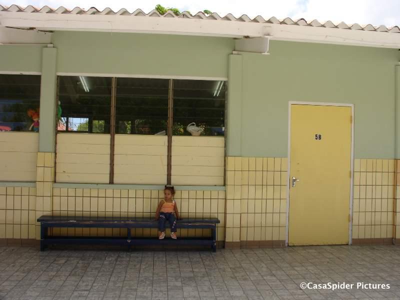 07.09.2007: Diana op het blauwe bankje voor klas 5B van de Marnixschool. Klik voor groter.