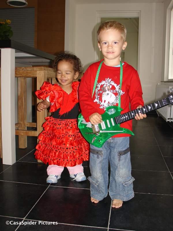 04.10.2007: Freestyle gitarist Tom (2) begeleidt Diana (1) als Flamenco danseres. Klik voor groter.